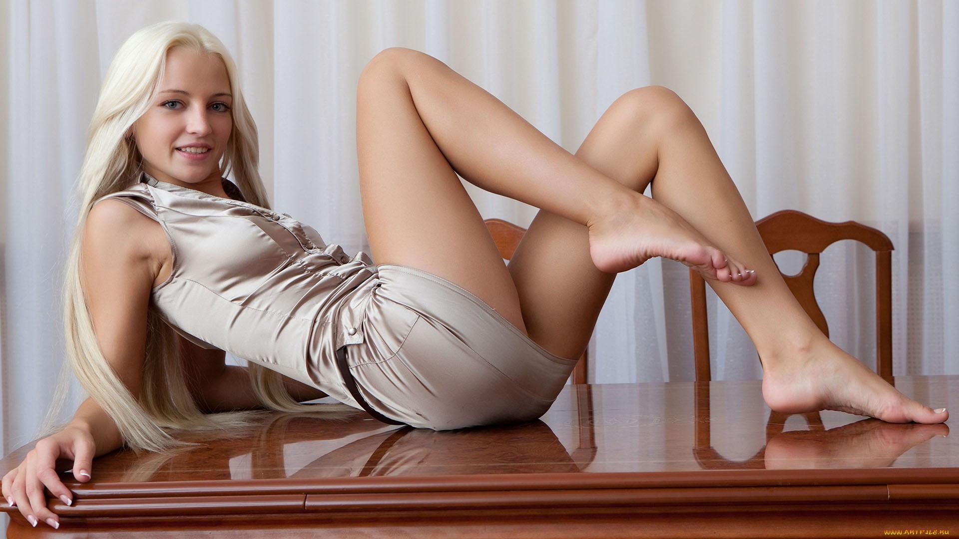 Фото голых девушек с широко разведёнными ногами так